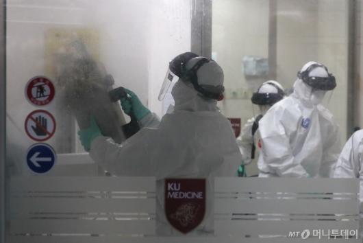 [사진]고대안암병원 응급실 방역 실시하는 보건 관계자들