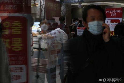 [사진]체온 측정하는 서울대병원 관계자들