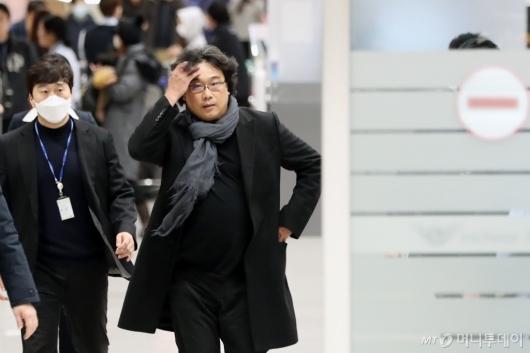 [사진]취재진에 놀란 봉준호 감독