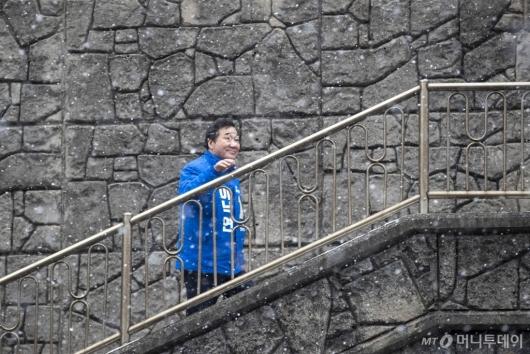 [사진]자하문 터널 앞 계단 찾은 이낙연