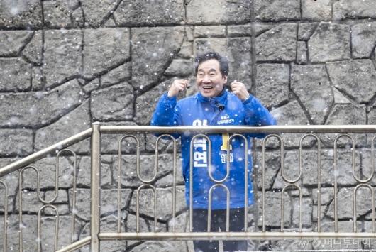 [사진]'기생충' 속 계단서 파이팅 외치는 이낙연