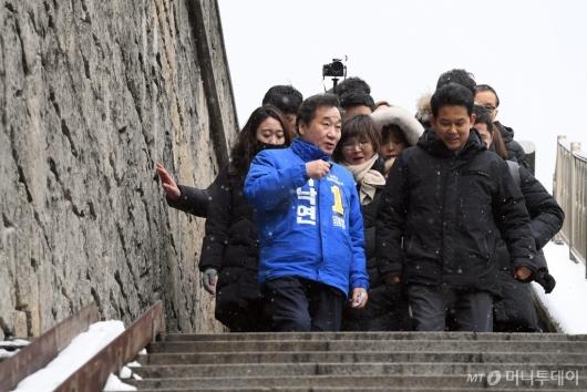 [사진]'기생충' 속 계단 둘러보는 이낙연