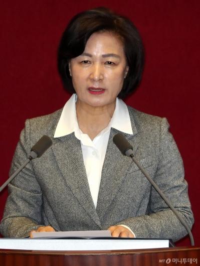 [사진]신임 국무위원 인사하는 추미애 장관