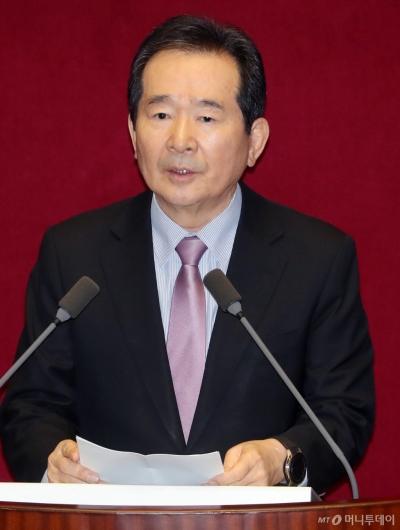 [사진]신임 국무위원 인사하는 정세균 총리