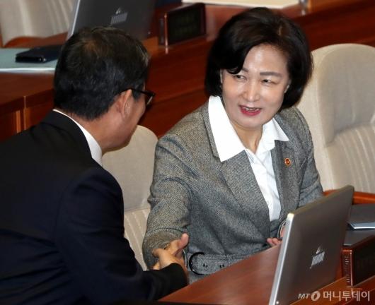 [사진]인사 나누는 추미애-김연철