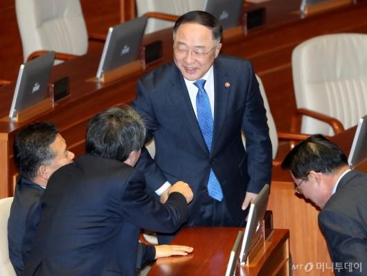 [사진]의원들과 대화하는 홍남기 부총리