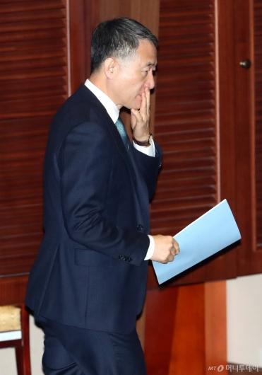 [사진]본회의 출석하는 박능후 장관