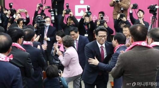 [사진]인사 나누는 미래통합당 의원들