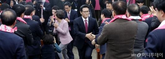 [사진]손잡는 미래통합당 의원들