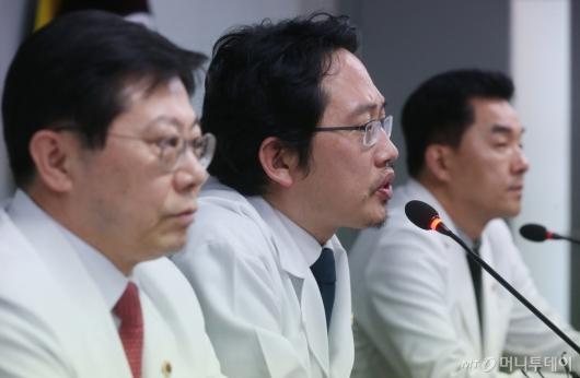 [사진]코로나19 관련 긴급 기자회견하는 최대집 회장