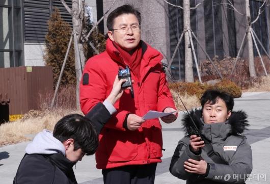 [사진]총선 공약 발표하는 황교안 대표