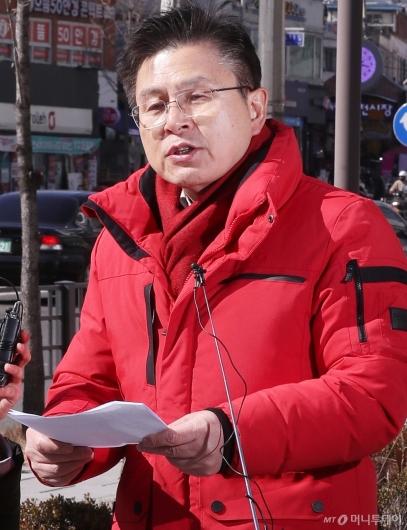 [사진]황교안 대표, 당색 대신 빨간색 패딩 입고 공약 발표