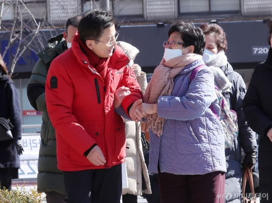 [사진]종로구 주민들과 인사하는 황교안 대표