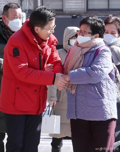 [사진]주민과 손잡고 인사하는 황교안 대표