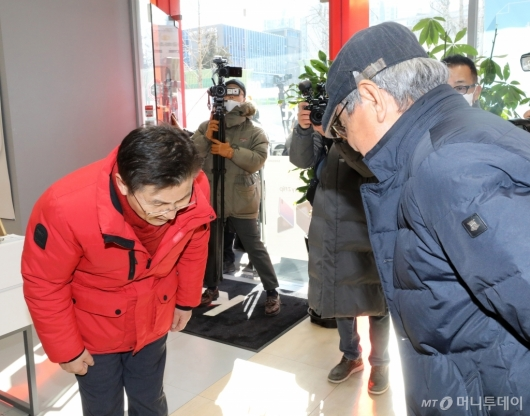 [사진]고개숙여 인사하는 황교안 대표