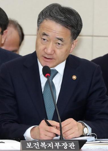 [사진]답변하는 박능후 장관
