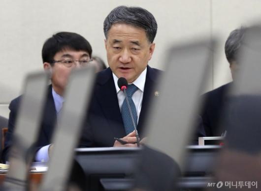 [사진]질의 답변하는 박능후 장관