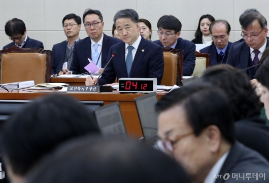 [사진]질의 경청하는 박능후 장관
