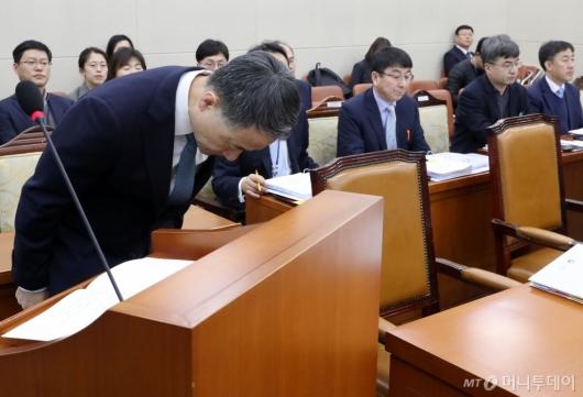 [사진]인사하는 박능후 장관