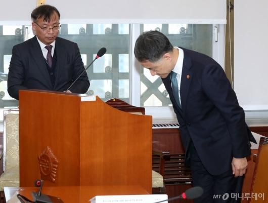 [사진]고개 숙여 인사하는 박능후 장관