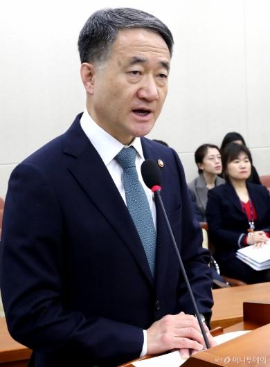 [사진]현안 보고하는 박능후 보건복지부 장관