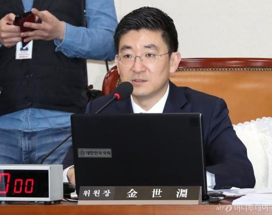 [사진]발언하는 김세연 위원장