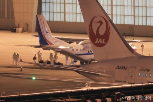 [사진]한국 도착한 일본 크루즈선 탑승객들