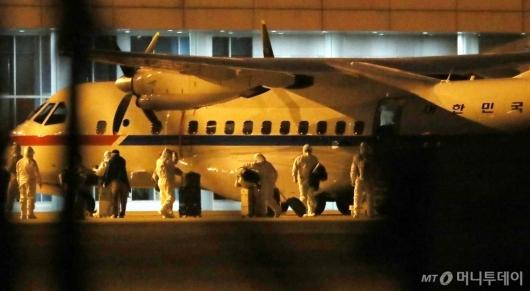 [사진]김포 도착한 크루즈선 탑승객들
