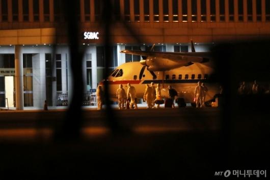 [사진]일본 크루즈 탑승자 7명 태운 대통령 전용기 김포공항 도착