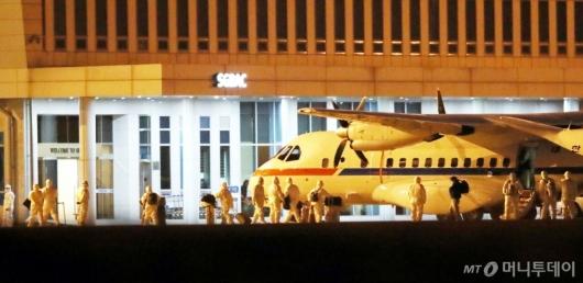 [사진]대통령 전용기서 내리는 日 크루즈 탑승객들