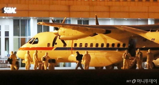 [사진]고국으로 돌아온 日 크루즈 탑승객들