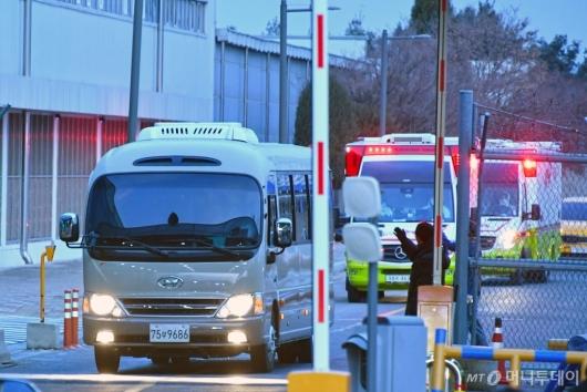 [사진]임시격리시설로 이송되는 日 크루즈 탑승객들