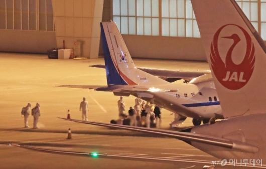 [사진]일본서 돌아온 크루즈선 탑승객들