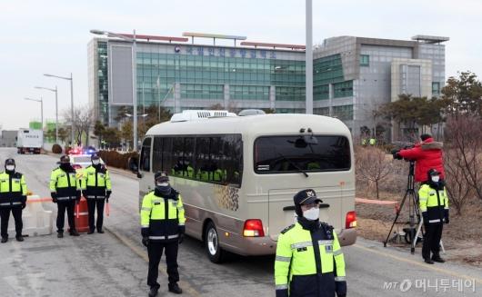 [사진]국립인천공항검역소 도착한 일본 크루즈 탑승객들
