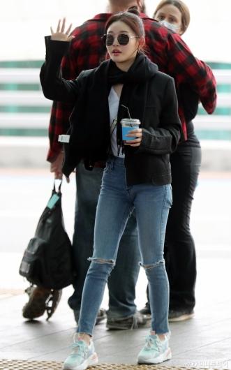 [사진]청하 '계절을 앞서가는 공항패션'