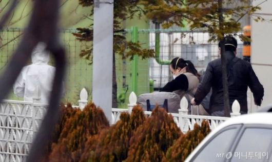 [사진]인천공항검역소 내 격리시설 향하는 크루즈 탑승객들