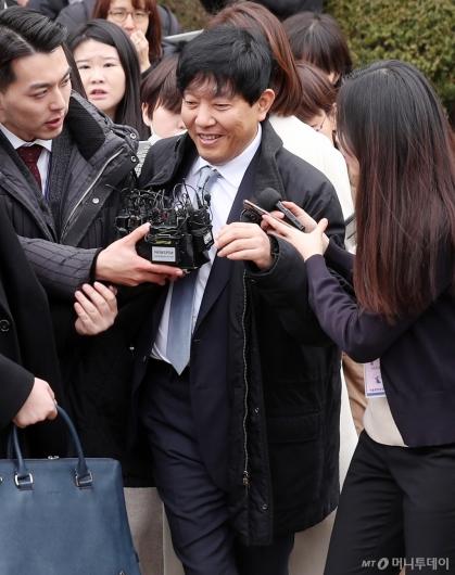 [사진]미소보이며 나서는 이재웅 대표