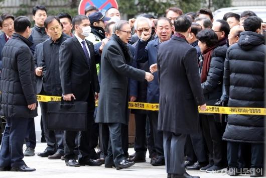 [사진]지지자들과 인사하는 이명박