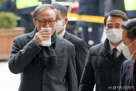 [사진]항소심 선고 공판 출석하는 이명박