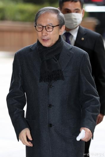 [사진]굳은 모습으로 법정 향하는 이명박