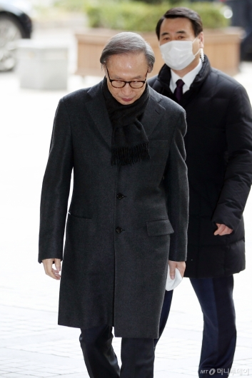 [사진]이명박 '고개 숙인 채 법정으로'