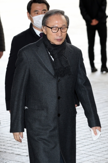 [사진]항소심 선고공판 출석하는 이명박 전 대통령