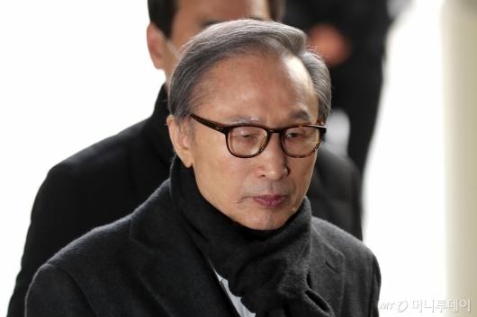 [사진]법정 향하는 이명박 전 대통령
