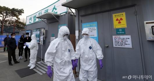 [사진]분주한 대구의료원 선별진료소 관계자들