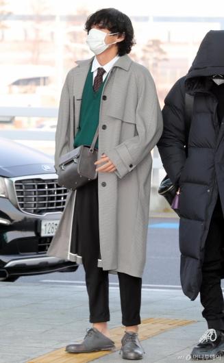 [사진]뷔 '눈에 띄는 가방과 구두'