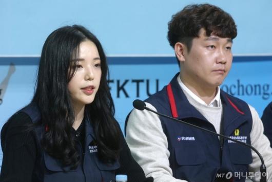[사진]출범선언문 낭독하는 김정란 위원장