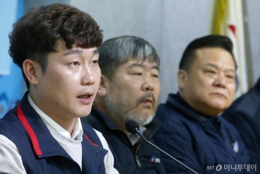[사진]출범선언문 낭독하는 이창완 위원장