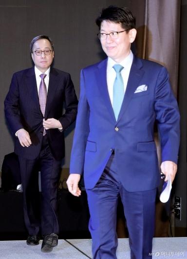 [사진]'한진그룹 주주연합 간담회' 참석하는 김신배 전 SK 부회장