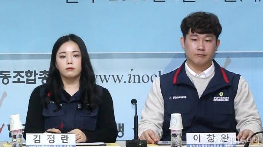 [사진]취재진 질문 듣는 김정란-이창완 공동위원장