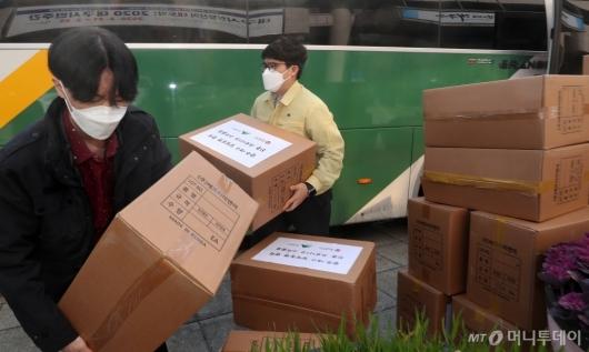 [사진]달빛동맹에서 보낸 구호물품 옮기는 관계자들